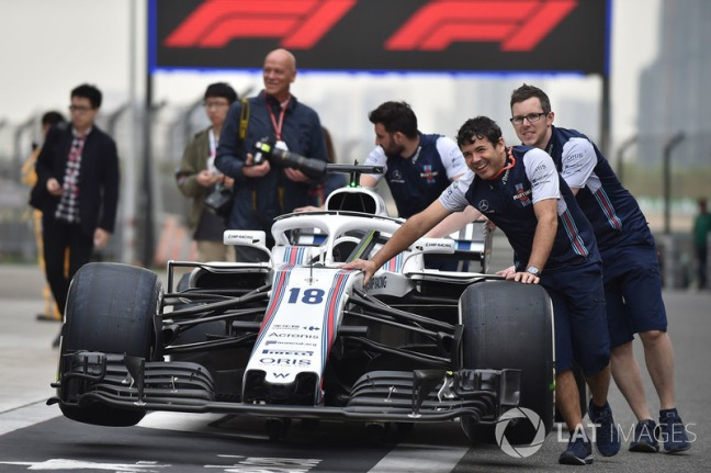 f1-chinese-gp-2018-williams-mechanics-with-williams-fw41-in-pit-lane